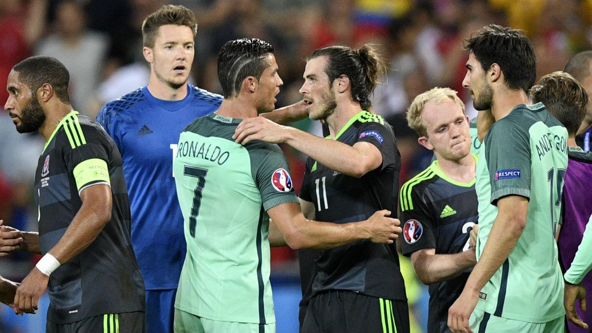 Cristiano y Bale se saludan tras las semifinales de la Eurocopa. (Getty)