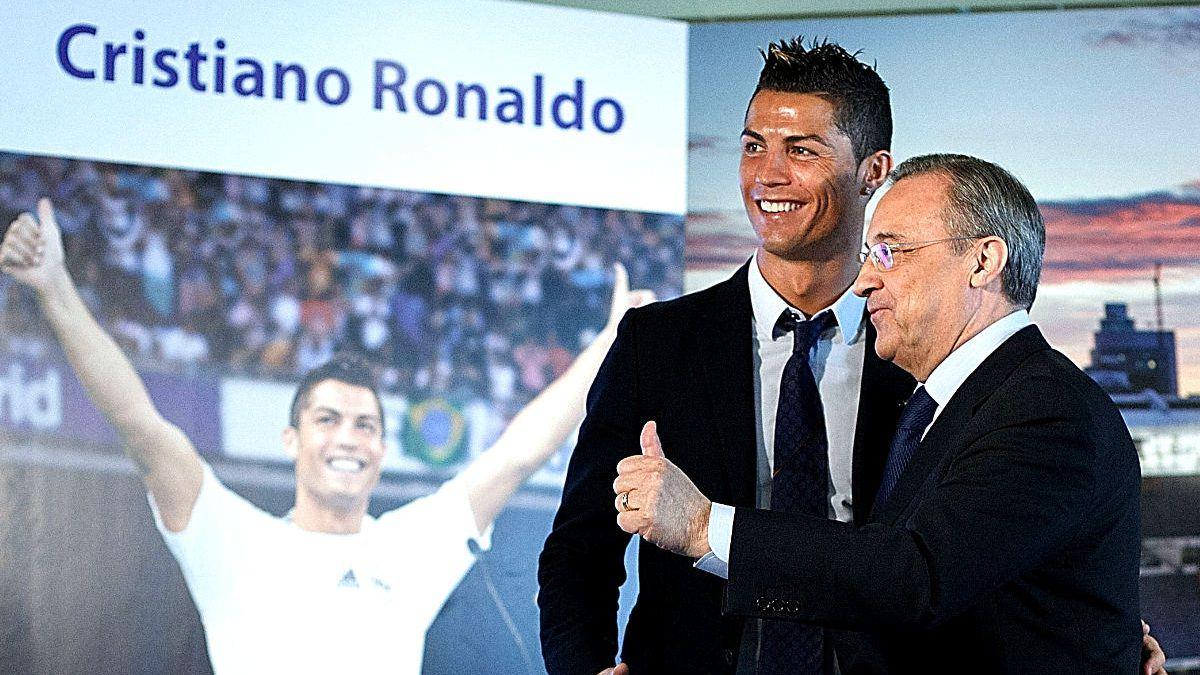 Florentino Pérez, junto a Cristiano Ronaldo en su última renovación. (AFP)