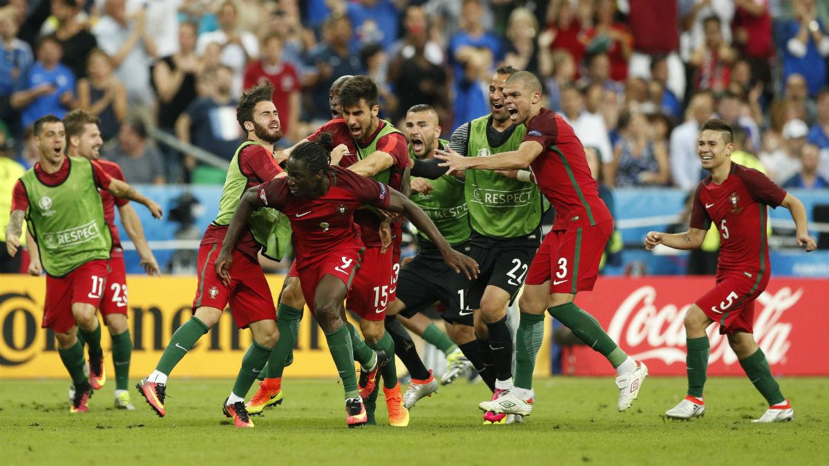 Los jugadores de Portugal celebran el gol de Eder. (Reuters)
