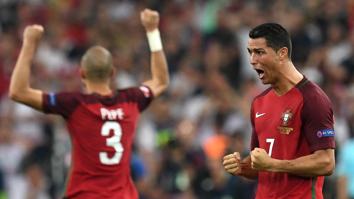 Cristiano y Pepe celebran el triunfo en la final de la Eurocopa. (AFP)
