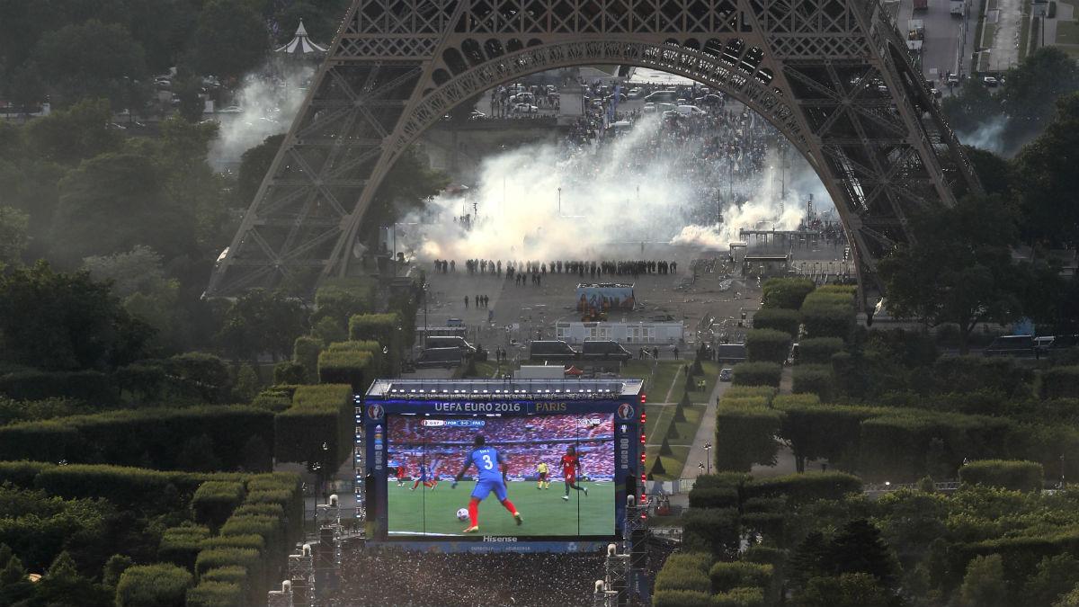 Hubo disturbios en la Fan Zone de la Torre Eiffel. (AFP)