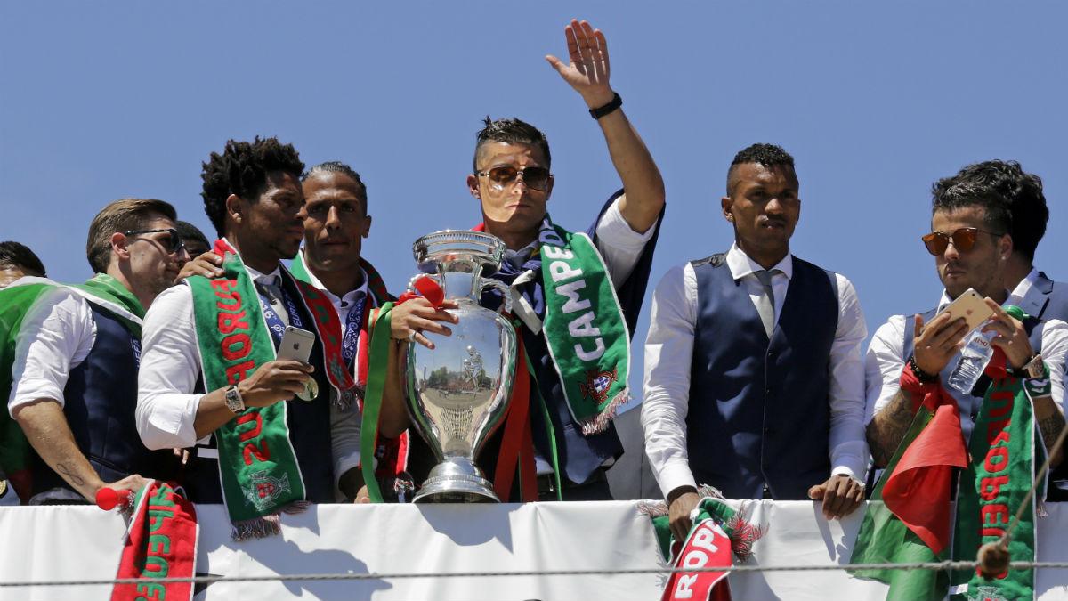 Cristiano Ronaldo celebra con sus compañeros el triunfo en la Eurocopa. (AFP)
