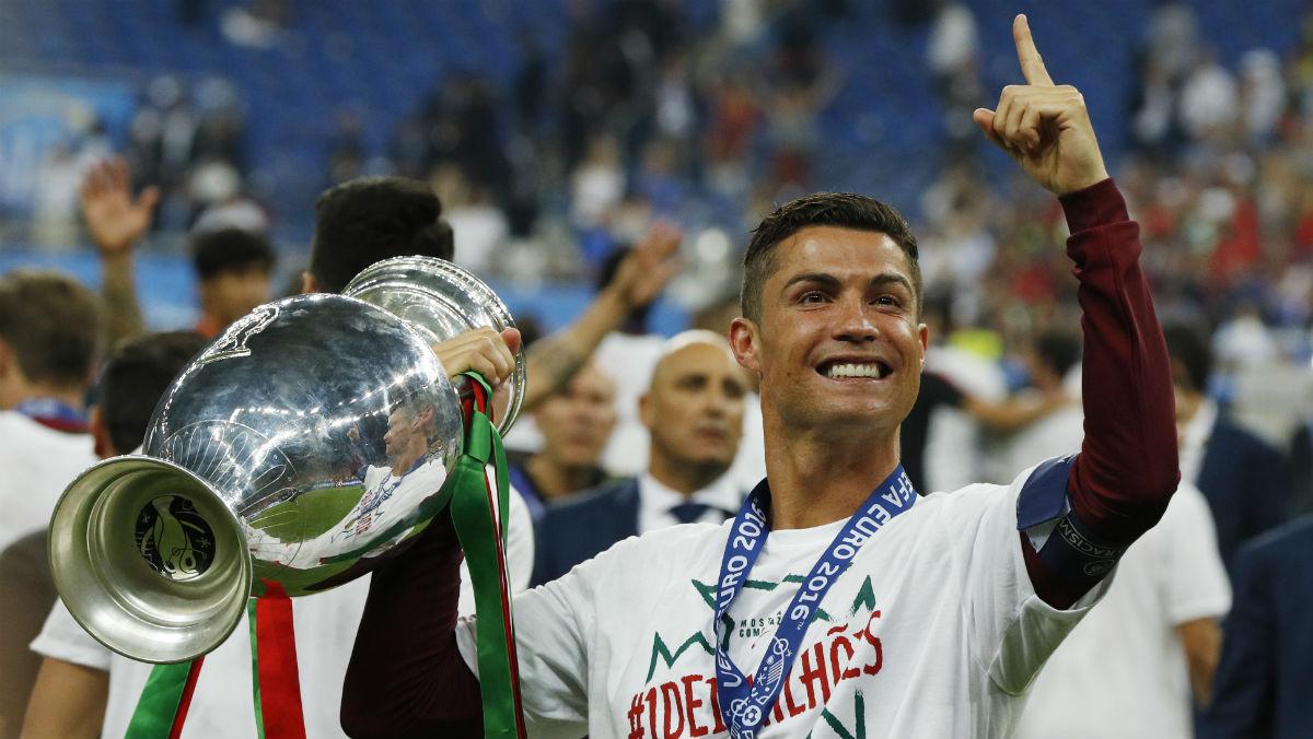 Cristiano posa con la Eurocopa. (Reuters)