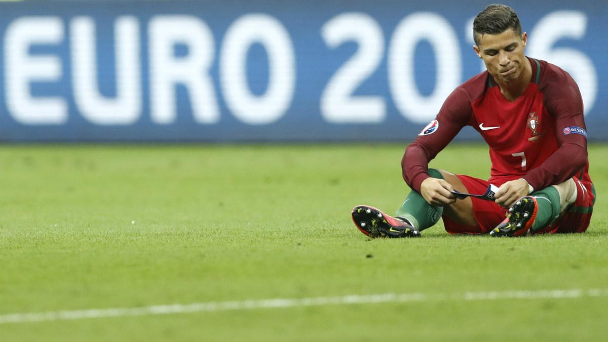 Cristiano Ronaldo, sentado tras caer lesionado ante Francia. (Reuters)