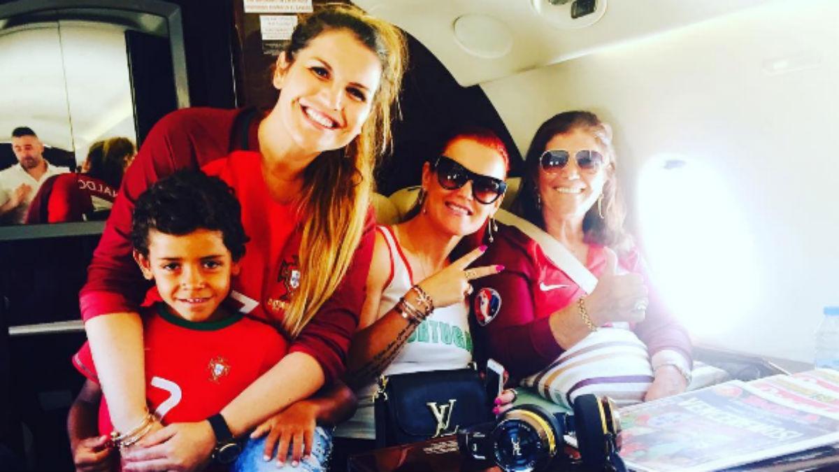 Katia Aveiro junto a la madre, la hermana y el hijo de Cristiano.