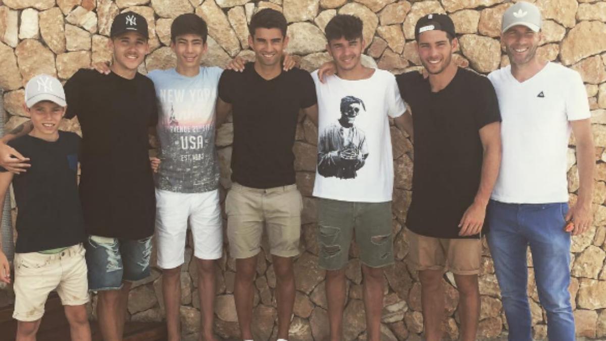 Zidane posa junto con sus hijos en Ibiza. (Intsagram de Luca Zidane)