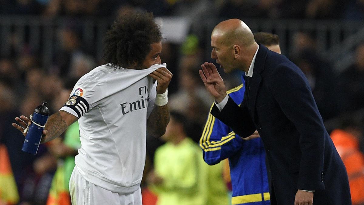 Zidane da órdenes a Marcelo en un partido. (AFP)