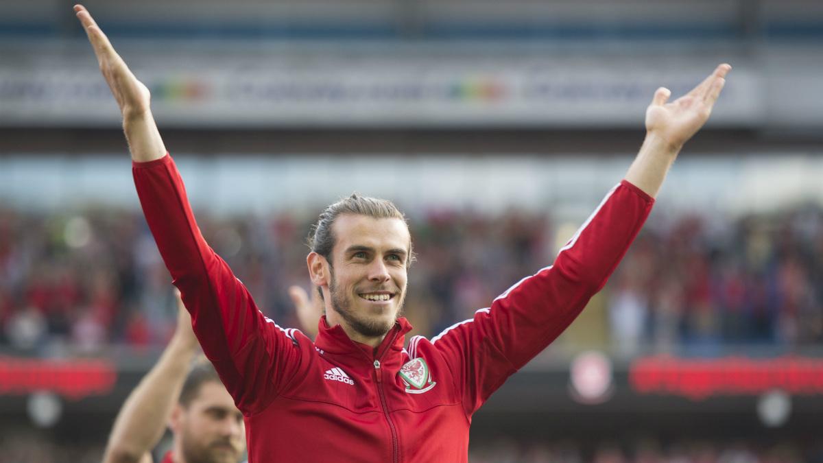 Gareth Bale celebra con la afición de Gales la Eurocopa. (Getty)