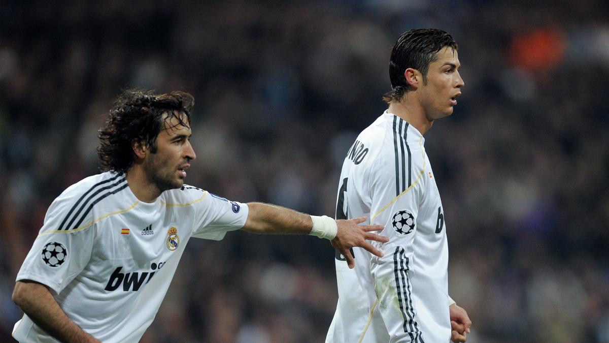 Raúl y Cristiano Ronaldo, en un partido con el Real Madrid. (Getty)