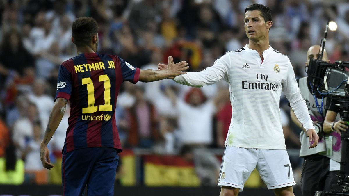 Neymar saluda a Cristiano en un Clásico. (AFP)