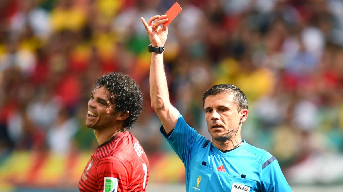 Mazic expulsa a Pepe en el Mundial. (Getty)
