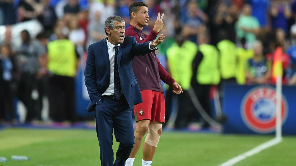 Cristiano y Santos dan instrucciones en la final de la Eurocopa. (Getty)