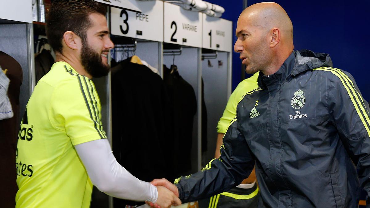 Nacho y Zidane, saludándose en el vestuario del Real Madrid.