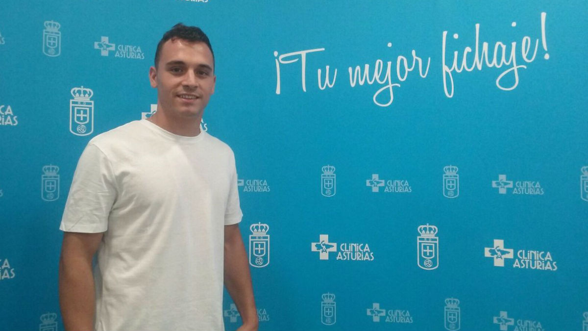 Alfonso Herrero posa como nuevo jugador del Oviedo. (Twitter Oviedo)