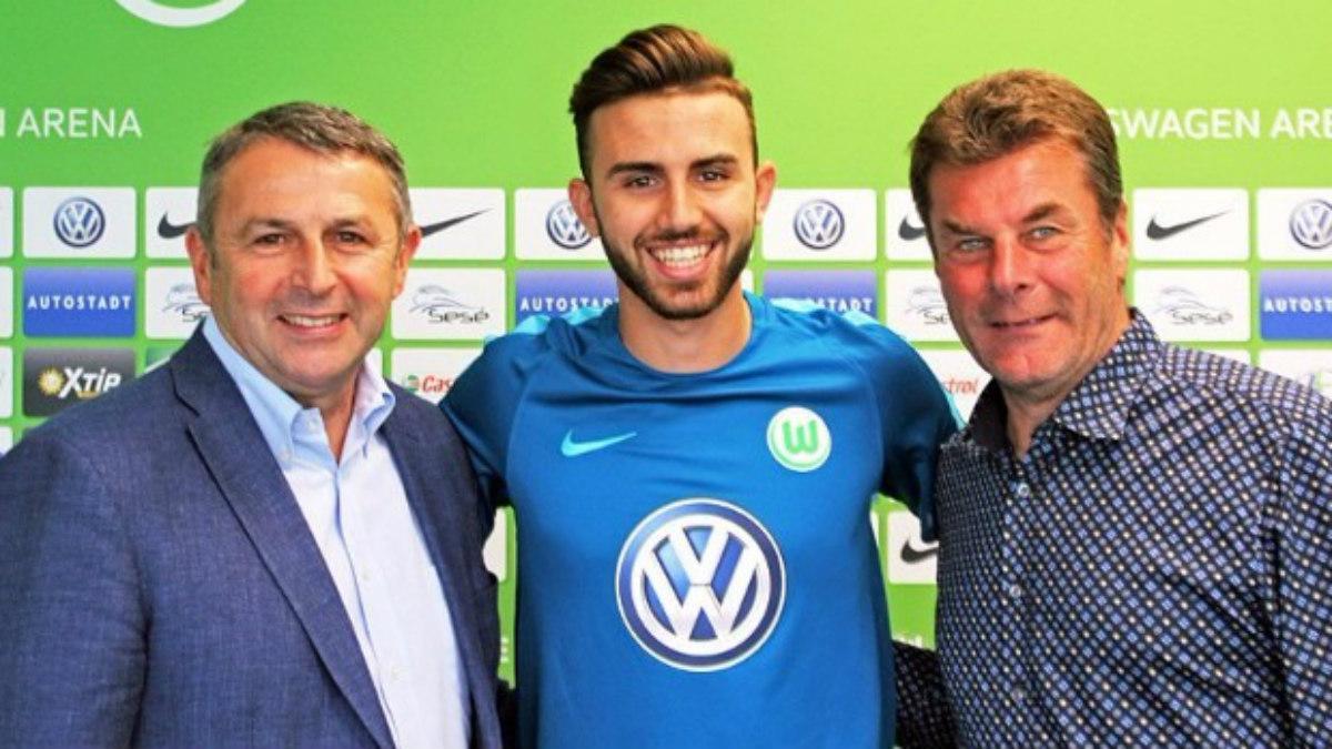 Borja Mayoral posa como nuevo jugador del Wolfsburgo.