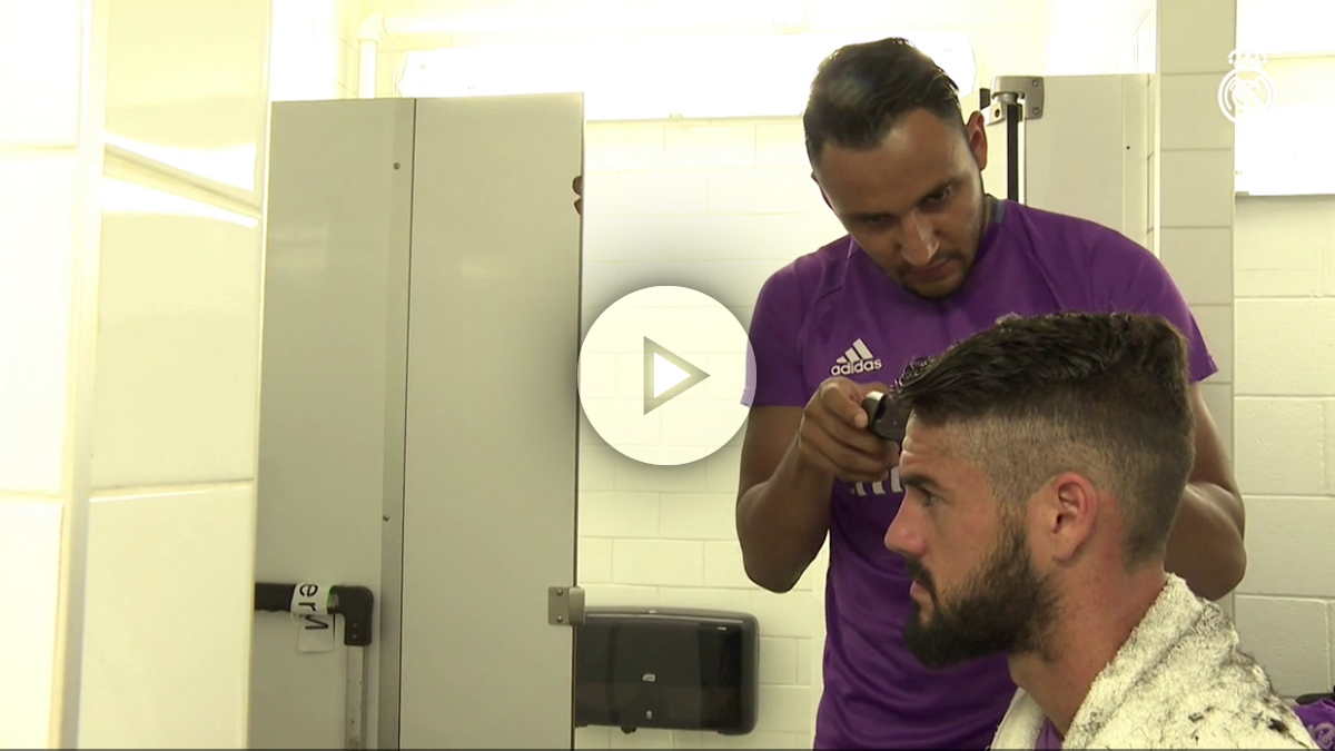 Keylor Navas corta el pelo a Isco.