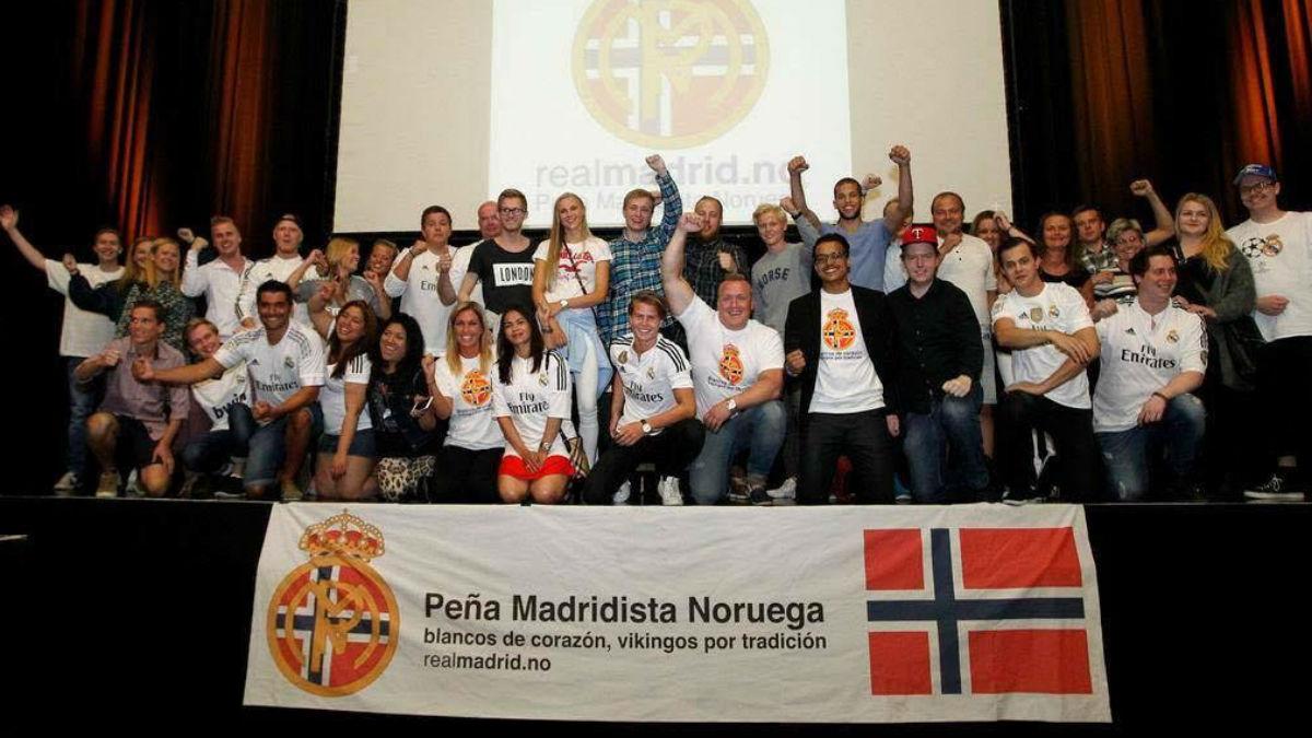 La Peña madridista de Noruega posa con la pancarta que lucirán en la Supercopa de Europa.