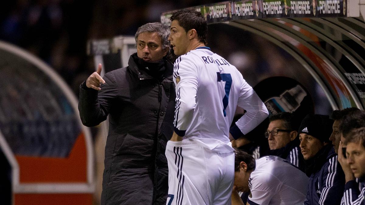 Mourinho da instrucciones a Cristiano Ronaldo en su etapa en el Real Madrid. (Getty)
