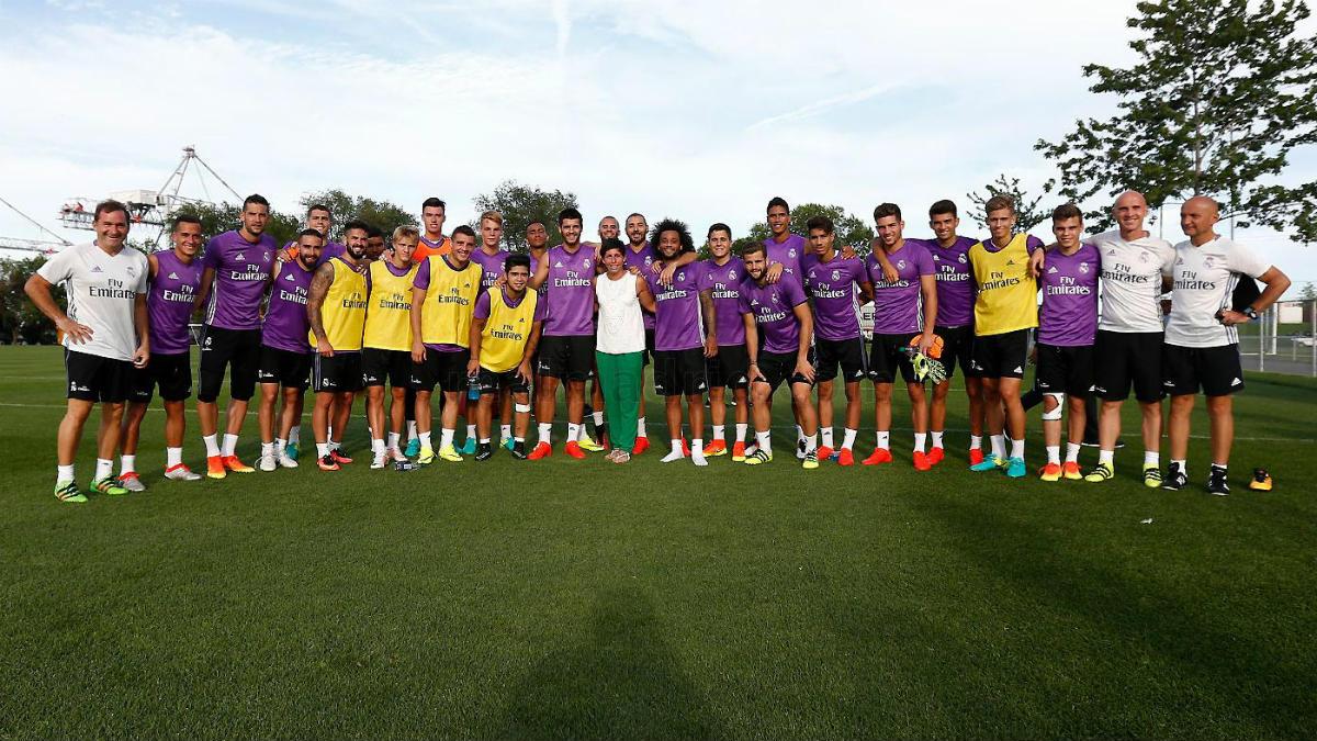 Carla Suárez se fotografió con la plantilla del Real Madrid. (realmadrid.com)