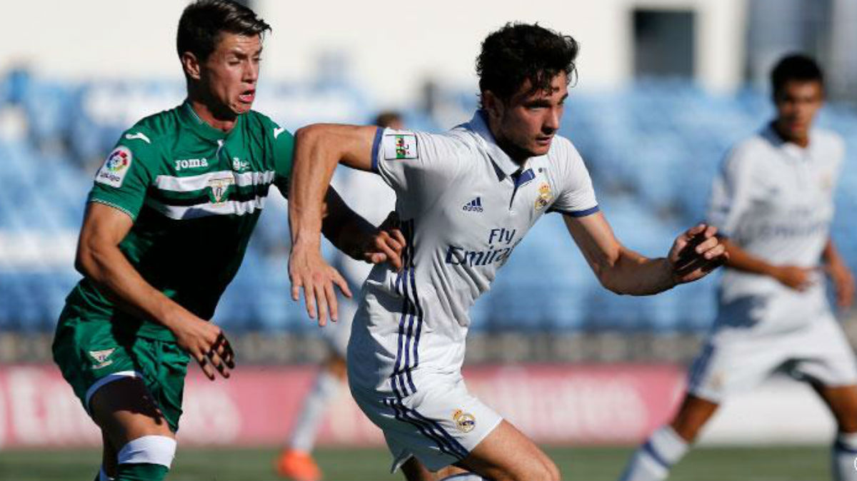 Borja Sánchez pelea un balón en el Castilla-Leganés. (Realmadrid.com)