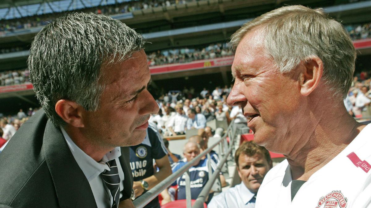 Mourinho y Ferguson se saludan en un partido de la Premier. (AFP)