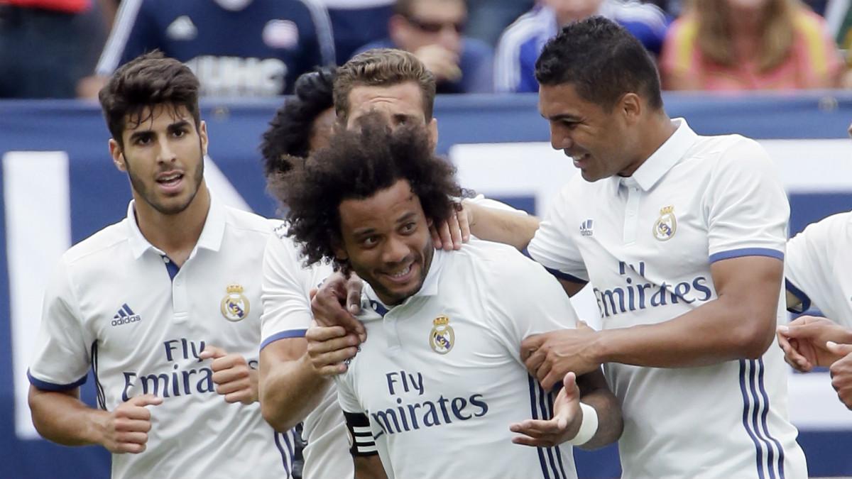 Marcelo celebra con sus compañeros el segundo gol del Real Madrid vs Chelsea. (AFP)