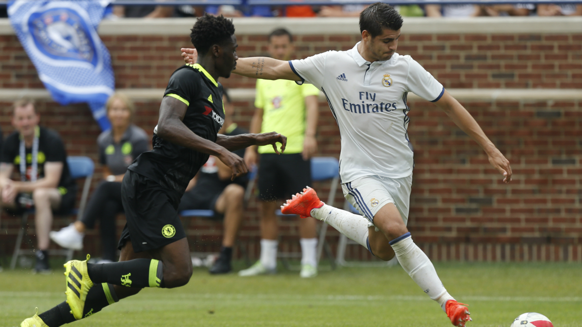 Morata dispara frente a la mirada de un defensor. (AFP)