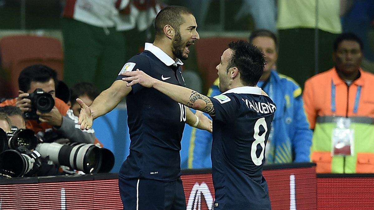 Benzema celebra con Valbuena un gol con la selección. (AFP)
