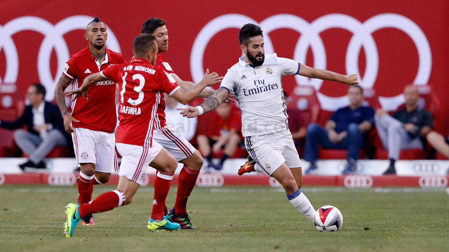 Isco conduce el balón ante Thiago y Xabi Alonso. (realmadrid.com)