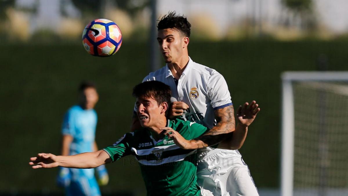 Mario Hermoso pelea un balón con el Castilla ante el Leganés. (Realmadrid.com)