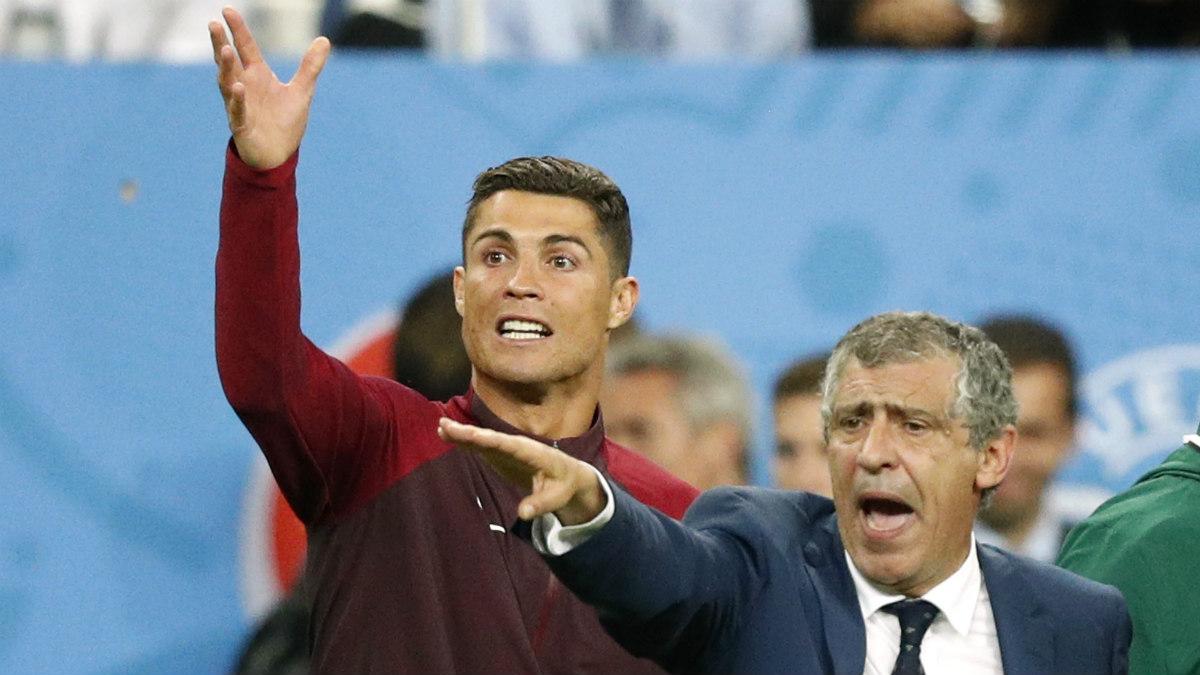 Cristiano Ronaldo, junto a Fernando Santos en la final. (Reuters)