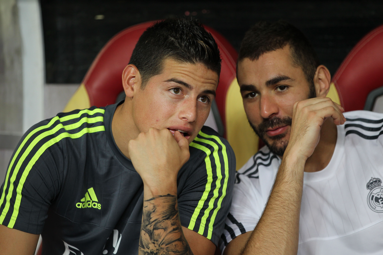 James y Benzema, en el banquillo en un amistoso. (Getty)