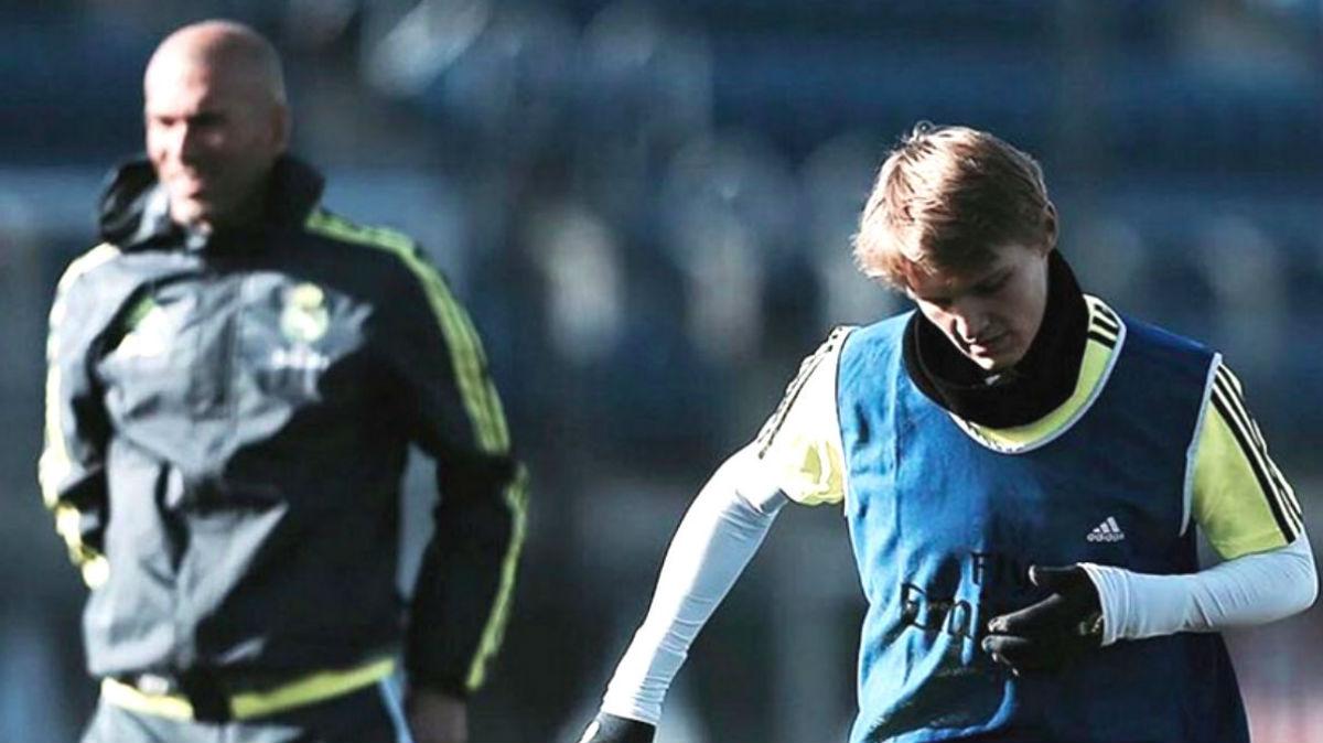 Zidane y Odegaard durante un entrenamiento con el Real Madrid.