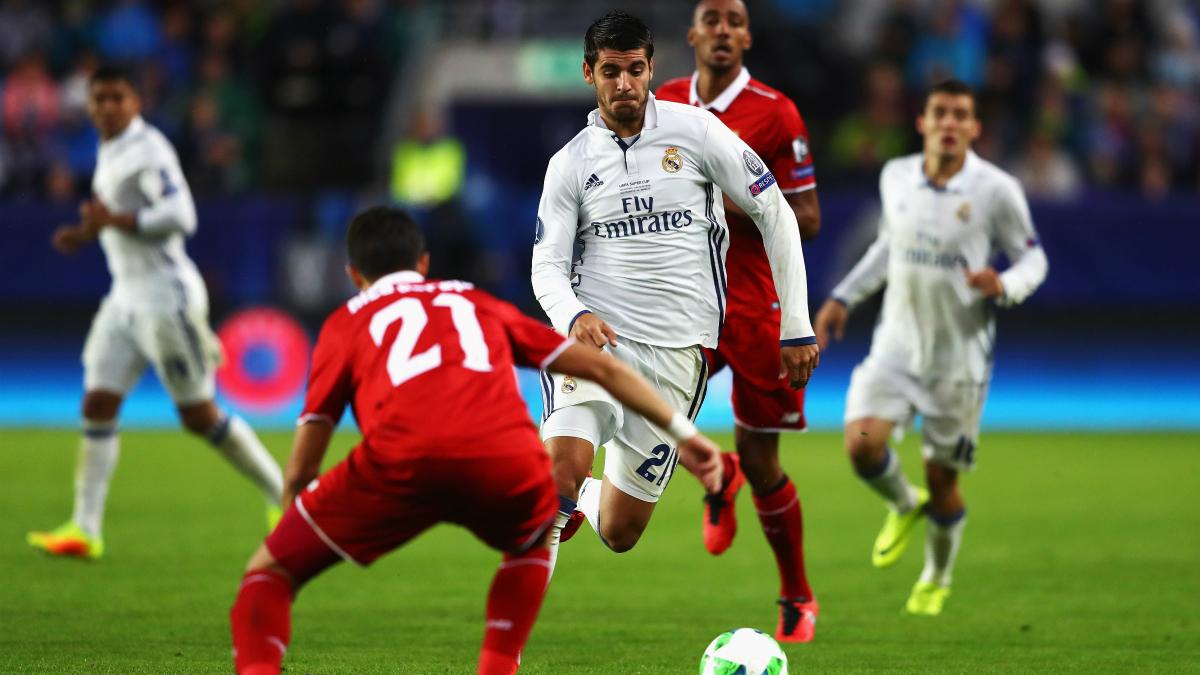 Morata pugna por un balón durante el Madrid-Sevilla. (Getty)