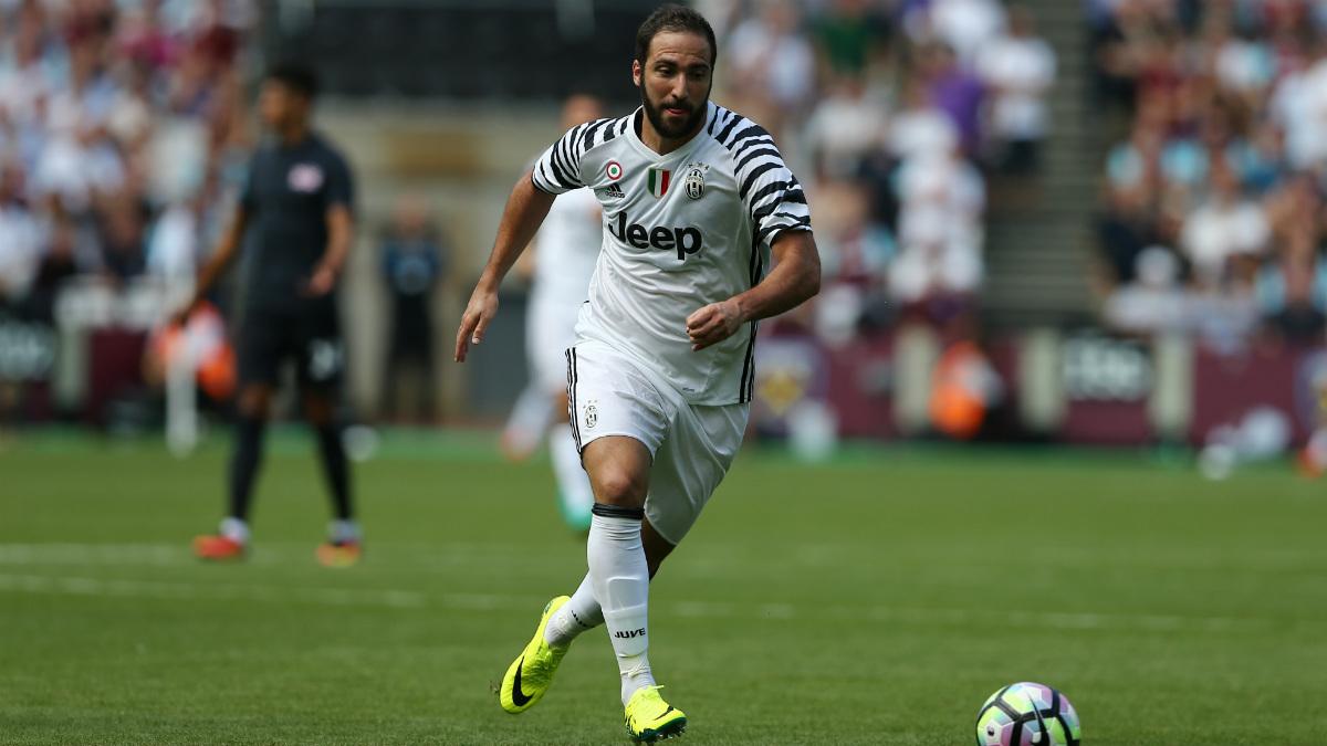 Gonzalo Higuaín corre en su primer partido con la Juventus. (AFP)
