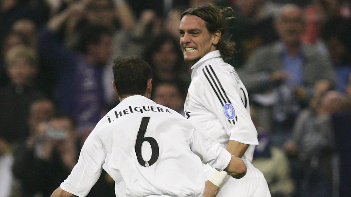 Woodgate, celebrando un gol con Helguera en su etapa como jugador del Real Madrid.