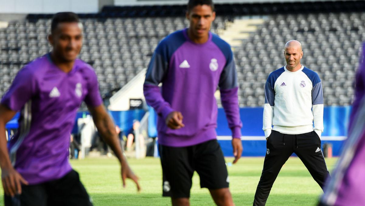 Zidane observa a Varane y Danilo en un entrenamiento. (AFP)