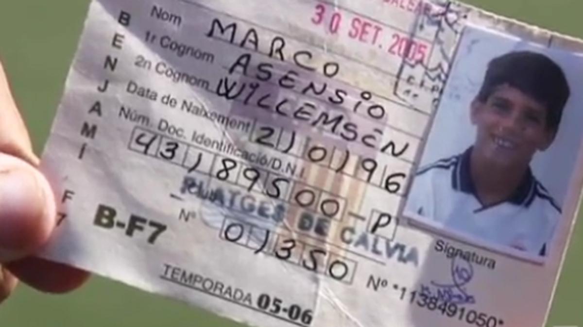 Asensio, con la camiseta del Real Madrid en una de sus fichas cuando aún era un niño.