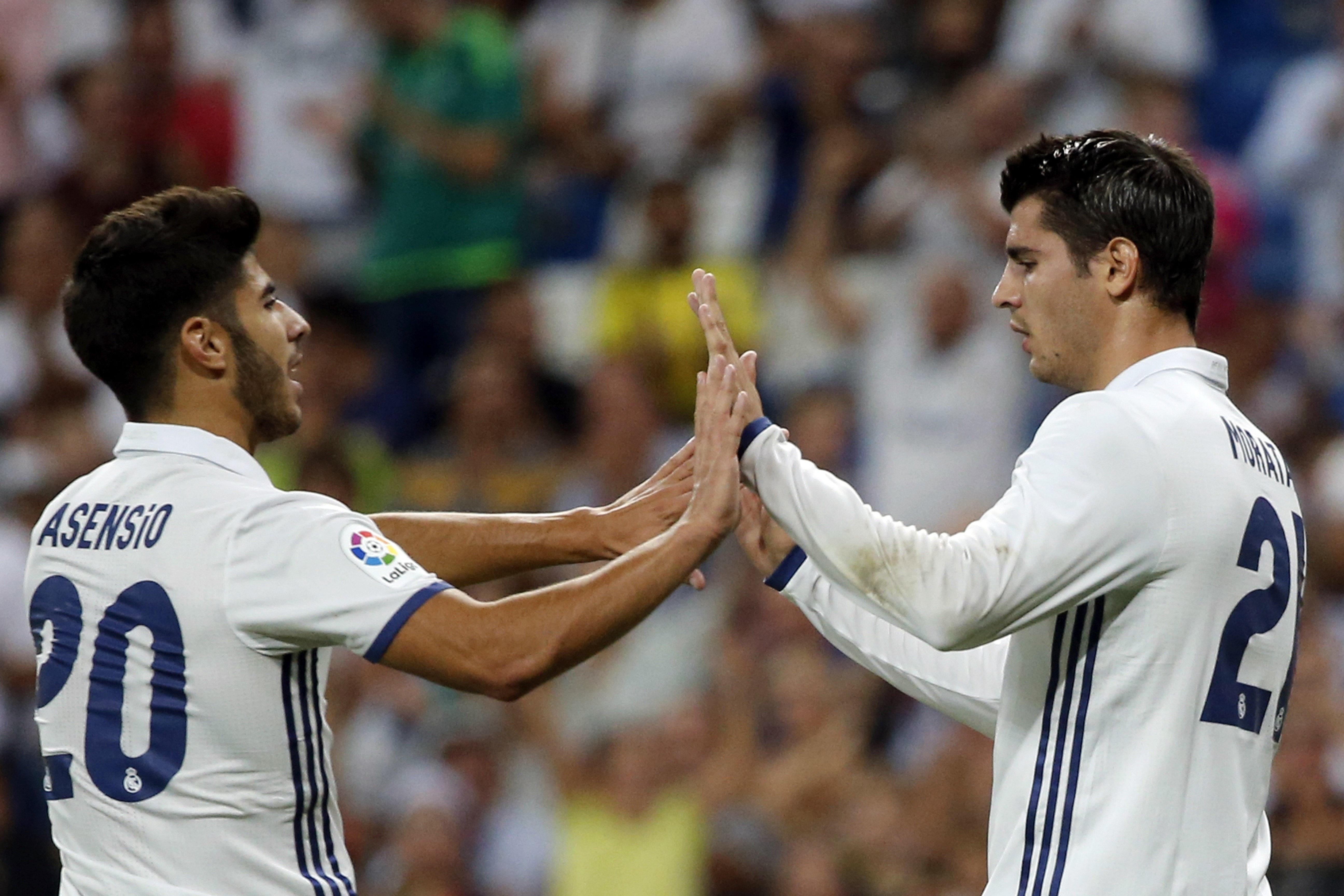 Morata y Asensio celebran el 3-1 ante el Stade de Reims. (EFE)