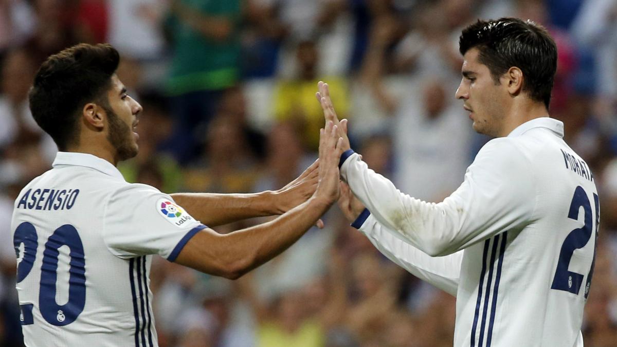 Morata y Asensio chocan celebrando un gol.  (EFE)