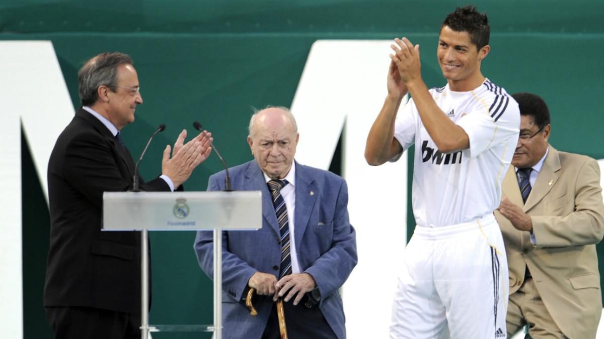 Cristiano Ronaldo, junto a Florentino Pérez y Di Stéfano en su presentación. (AFP)