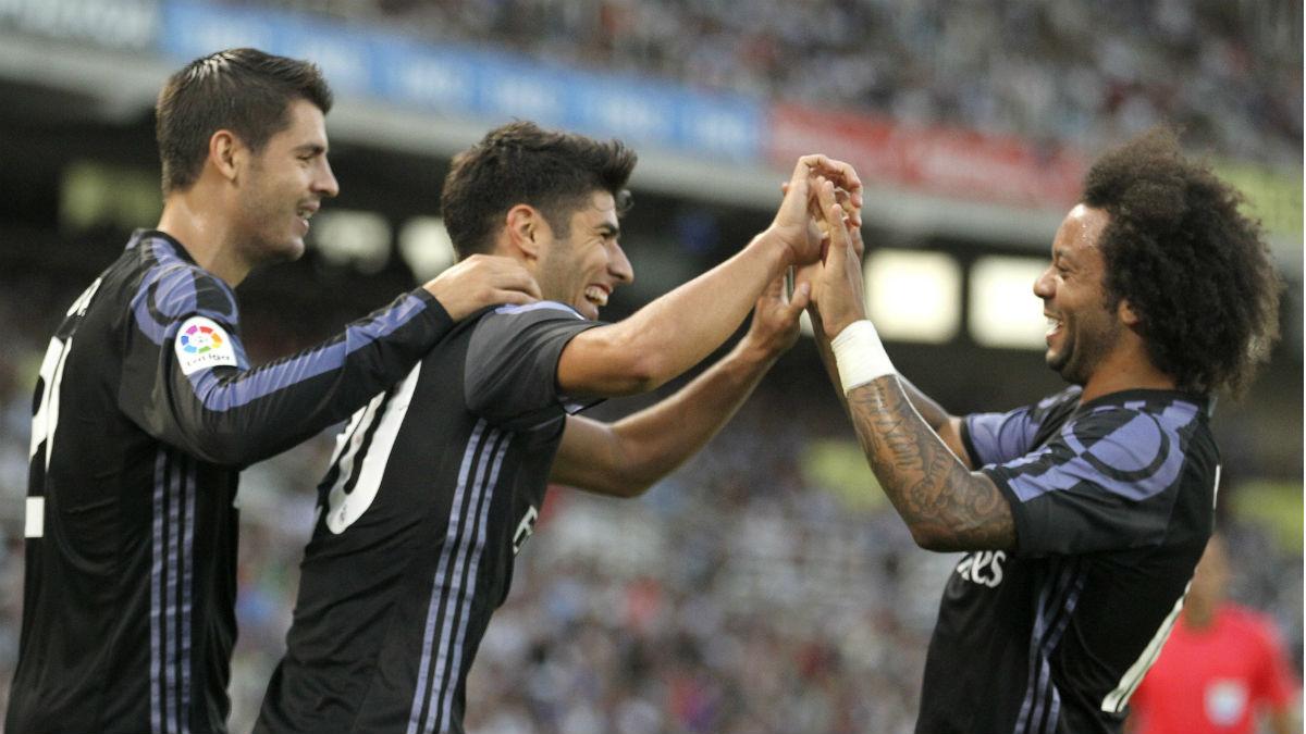 Marco Asensio, felicitado por Marcelo y Morata tras su gol. (EFE)