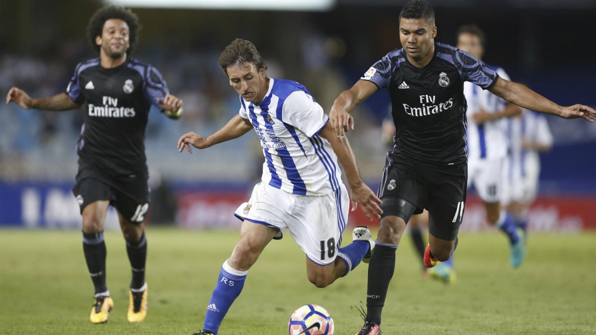 Casemiro lucha con Oyarzabal por un balón. (EFE)