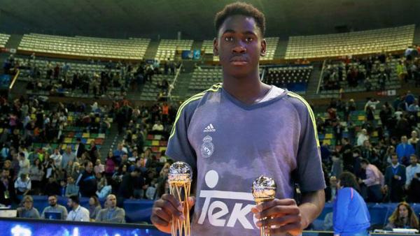 Usman Garuba posa con los premios logrados en la Minicopa Endesa. (realmadrid.com)