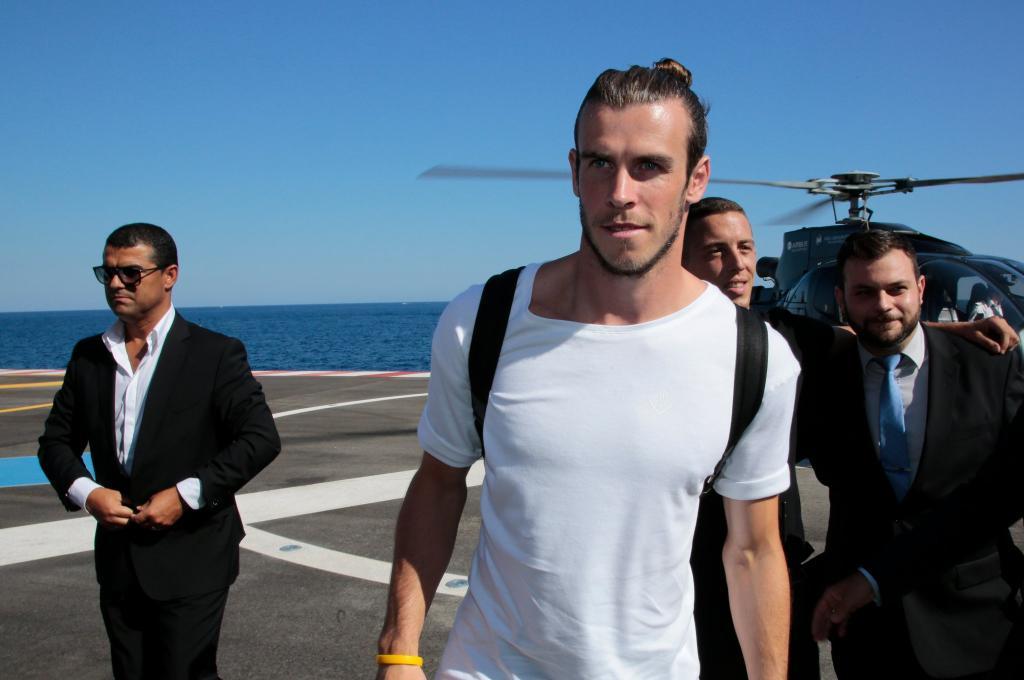 Gareth Bale tras aterrizar en un helicóptero.