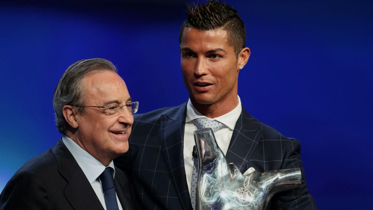 Cristiano y Florentino, con el premio de la UEFA. (AFP)