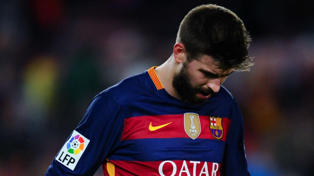 Piqué se lamenta en un partido con el Barcelona. (Getty)