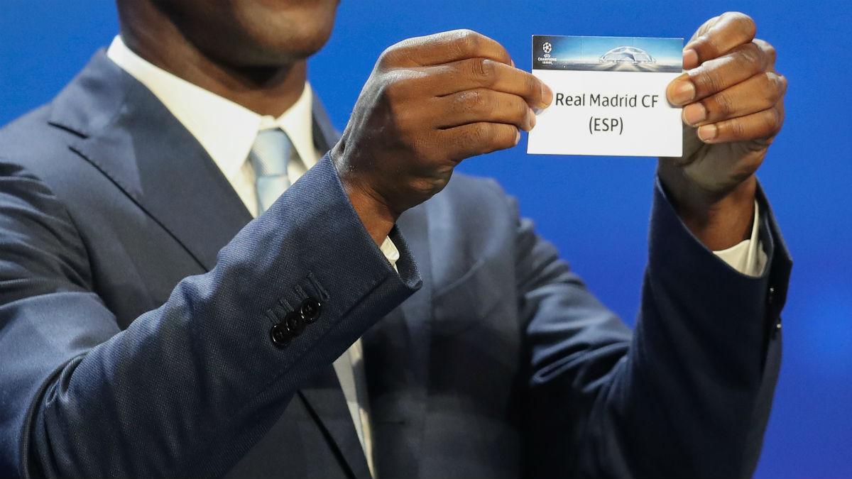 Clarence Seedorf saca la bola del Real Madrid en el sorteo de la Champions. (AFP)
