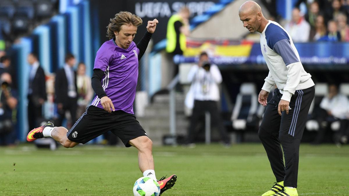 Modric dispara a puerta ante la mirada de Zidane. (AFP)