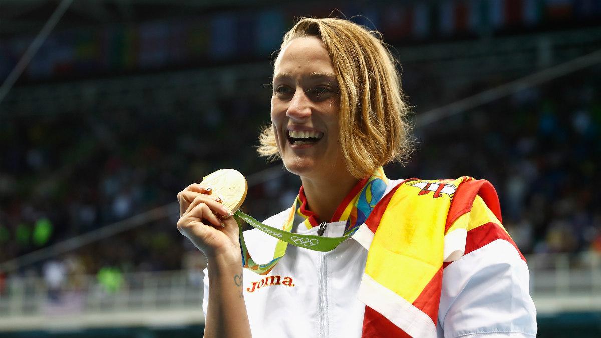 Mireia Belmonte posando con una de sus medallas.
